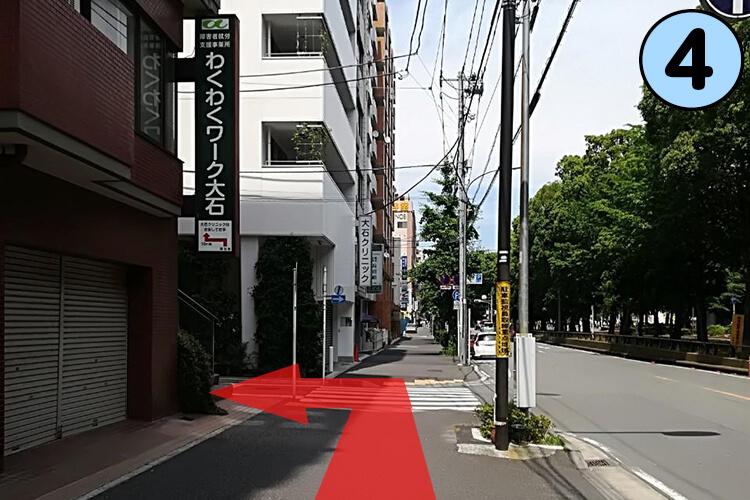 わくわくワークスの先の曲がり角を左に曲がってください。
