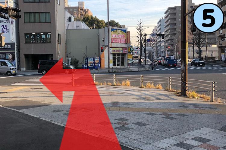 横断歩道を渡らずに左折します。